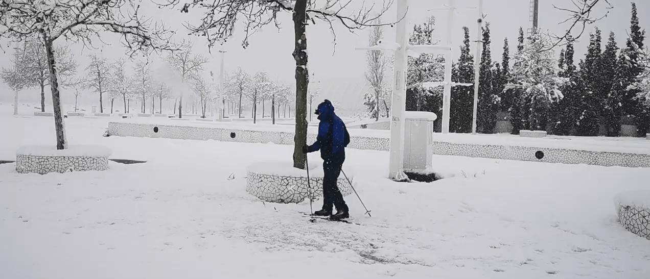 Πήρε τα χιονοπέδιλα και βγήκε για σκι στο Μαρούσι (VIDEO)