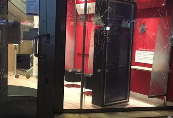 """Επίθεση σε τράπεζα από αγνώστους στο Μαρούσι – """"Μπούκαραν"""" με βαριοπούλες"""